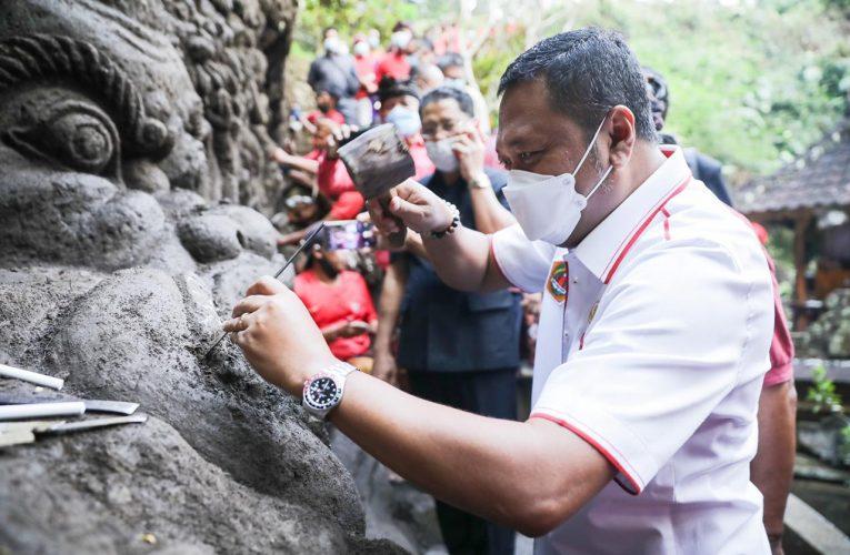 Bupati Mahayastra Meninjau Pembuatan Ukiran Relief di Pura Beji  Mas Ubud