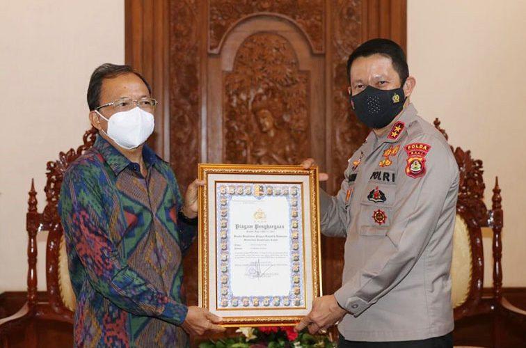 Kapolda Serahkan Penghargaan Kapolri Kepada Gubernur Bali