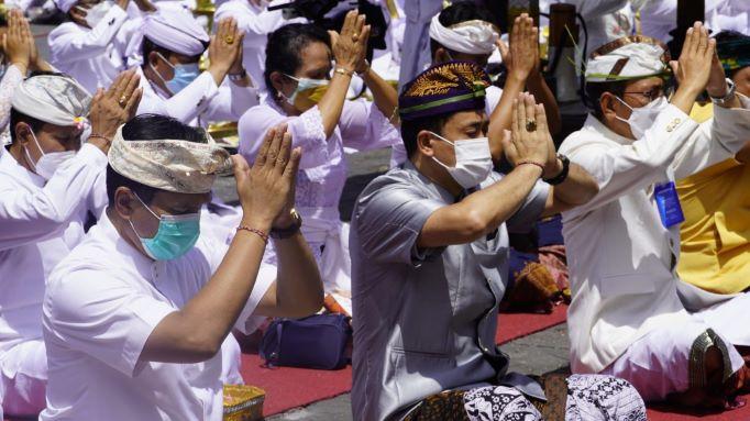 Untuk Keselamatan Semesta, 100 Pinandita Se-Nusantara Gelar Doa Bersama di Pura Besakih