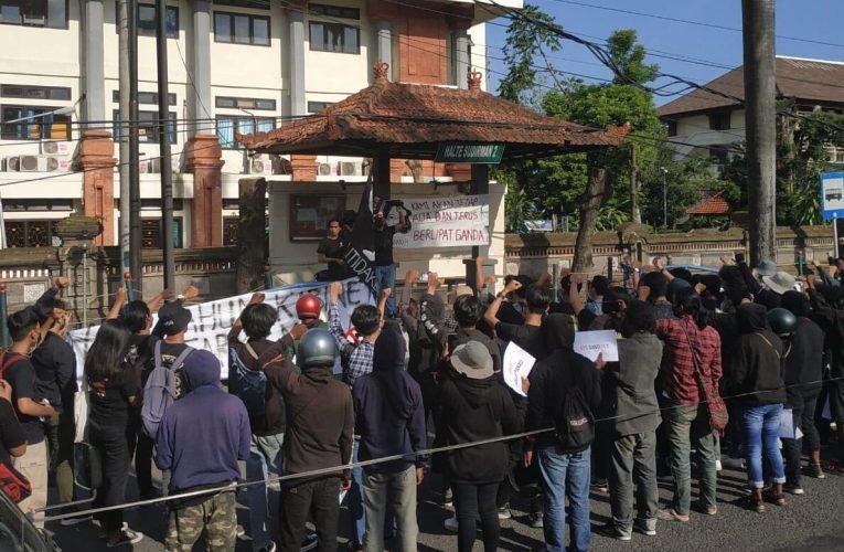 Puluhan Mahasiswa di Denpasar Gelar Aksi Turun ke Jalan, Kritik Kinerja Presiden Jokowi